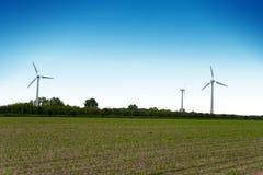 De turbineslandbouwbedrijf van de wind. Alternatieve energiebron. Stock Foto