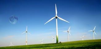 De turbineslandbouwbedrijf van de wind met hoge maan Royalty-vrije Stock Foto