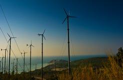 De turbineslandbouwbedrijf van de wind op het eiland Stock Afbeeldingen