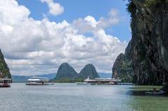 De turist- fartygen på fjärden nära Karstöar Arkivfoto
