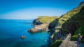 De turkooise baai van de waterkleur dichtbij het Tintagel-kasteel in Cornwall, het UK stock afbeeldingen
