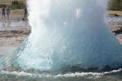 De turkooise blauwe kokende bel van Strokkur-Geiser v??r uitbarsting Gouden cirkel ijsland royalty-vrije stock fotografie