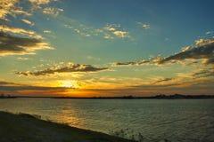 De turkooise hemel en de zon op de rivier geven harmonie bij zonsondergang stock fotografie