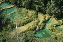 De turkooise watervallen Guatemala van Semucchampey Royalty-vrije Stock Afbeelding