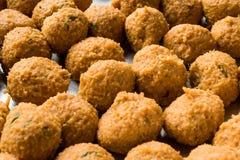 De Turkse die Voedselvleesballetjes met Bulgur en Linzedeeg worden gemaakt/Mercimek Koftesi riepen ook Falafel stock fotografie