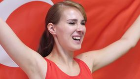 De Turkse Jonge Vrouw viert het houden van de vlag van Turkije in Langzame Motie stock videobeelden