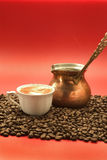 De Turkse koffie wordt gegoten van een koperpot Stock Foto's