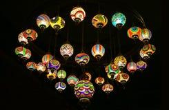 De Turkse Lampen van het Stijl Kleurrijke Hangende Mozaïek in de Donkere Zaal Royalty-vrije Stock Afbeeldingen