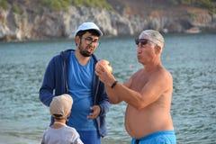 De Turkse mensen zijn interessant met granaatappel stock afbeelding