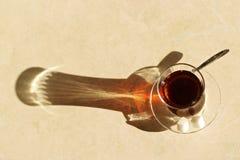 De Turkse thee, Turkse theeën, gezonde thee, Turkse thee verdunt in het bijzonder glas Stock Afbeelding