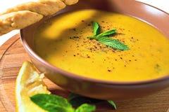 De Turkse Traditionele soep van de linzeroom met munt, citroen en homem stock afbeeldingen