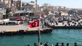 De Turkse vlag die op de achtersteven van een Schip van Istanboel golven drijft stock videobeelden