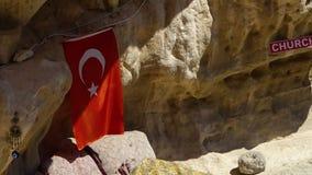 De Turkse vlag hangt van een rotsvorming stock footage
