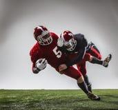 De två amerikanska fotbollsspelarna i handling Royaltyfri Fotografi