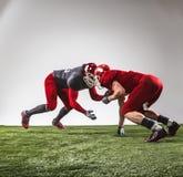De två amerikanska fotbollsspelarna i handling Arkivfoton