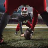 De två amerikanska fotbollsspelarna i handling Royaltyfri Bild