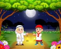De två barnen möter i trädgården och rymmer deras ramadan lykta vektor illustrationer