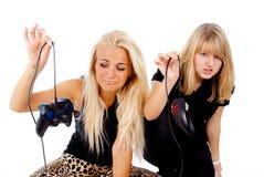 De två flickorna är olyckliga med videospel royaltyfri fotografi