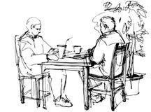 De två grabbarna på tabellen som dricker en coctail Arkivbild