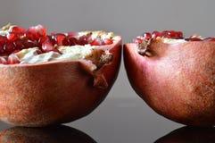 De två halvorna av en granatäpple arkivbilder