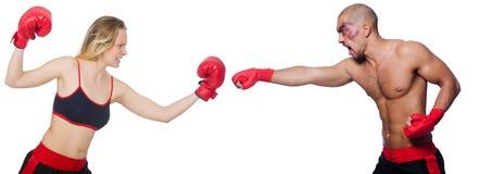 De två idrottsmännen som boxas i handskar som isoleras på Arkivfoto