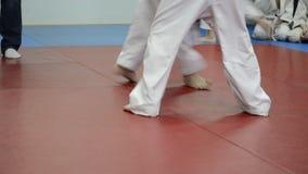 De två judokaskämparna som slåss pojkar stock video