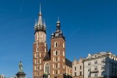 De två klockatornen av den härliga St Mary `en s kyrktar i Krakow, Polen på en härlig solig dag med blå himmel arkivbild