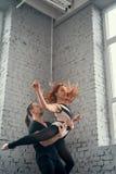 De två unga moderna balettdansörerna Royaltyfria Bilder