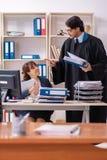 De twee advocaten die in het bureau werken stock afbeelding