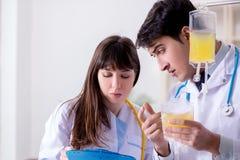 De twee artsen die plasma en bloedtransfusie bespreken royalty-vrije stock afbeeldingen