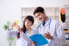 De twee artsen die plasma en bloedtransfusie bespreken royalty-vrije stock fotografie
