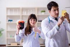 De twee artsen die plasma en bloedtransfusie bespreken royalty-vrije stock foto