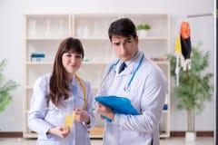 De twee artsen die plasma en bloedtransfusie bespreken royalty-vrije stock afbeelding
