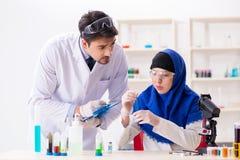 De twee chemici die in het laboratorium werken royalty-vrije stock foto's