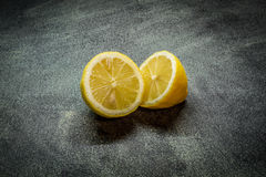 De twee citroenhelften royalty-vrije stock fotografie