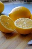De twee citroenhelften in portretgewas Royalty-vrije Stock Afbeelding