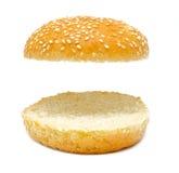 De twee die helft van hamburgerbrood op wit wordt geïsoleerd Stock Foto's