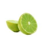 De twee die helften van een kalkfruit over het wit wordt geïsoleerd Stock Afbeelding