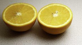 De twee helften van de Sinaasappel Royalty-vrije Stock Afbeeldingen