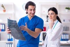 De twee jonge artsen die in de kliniek werken royalty-vrije stock foto