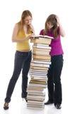 De twee jonge studenten die op een wit worden geïsoleerdg stock foto