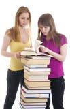 De twee jonge studenten die op een wit worden geïsoleerde Royalty-vrije Stock Foto's