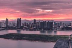 De twee kanten van Gan River-Nightscape van Moderne Stad stock afbeeldingen