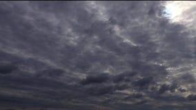 De twee lagenonweerswolken verstrijken op tijd stock videobeelden