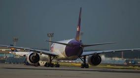 De twee luchthavenwerknemer bereidt Fedex-vliegtuig voor stock videobeelden
