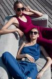 De twee meisjes op de laag Royalty-vrije Stock Afbeeldingen