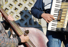 De twee musici die dubbele baarzen en harmonika in een dorp spelen royalty-vrije stock foto's