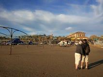De twee oude paren gaan voor een gang op het strand royalty-vrije stock afbeeldingen