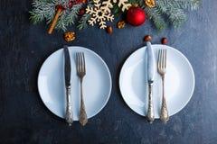 De twee platen, daarna is er Kerstboom met sneeuwvlokken, boomspeelgoed en noten Mening van hierboven Stock Foto's