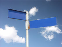 De twee-richting voorziet van wegwijzers Royalty-vrije Stock Foto's